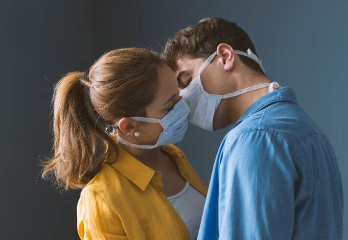 انتقال کرونا از راه بوسیدن